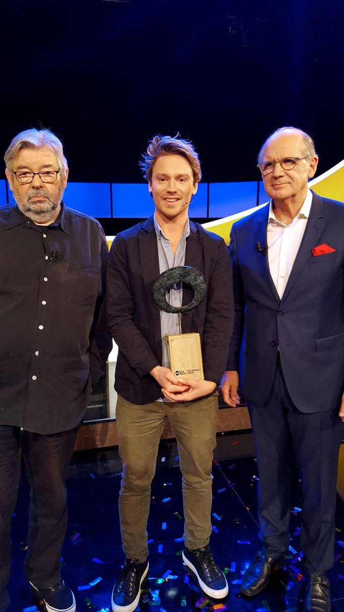 Sander Schimmelpenninck wint De Slimste Mens. Links Maarten van Rossem en rechts Philip Freriks.