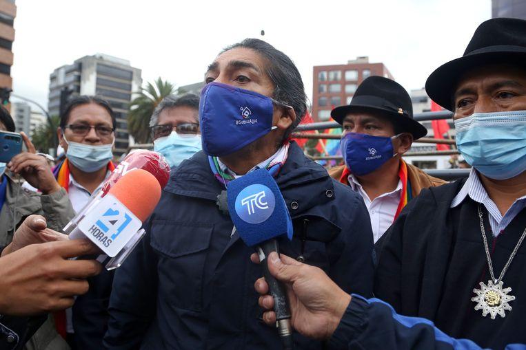 De linkse inheemse presidentskandidaat Yaku Perez staat de pers te woord tijdens een betoging bij het kantoor van de Nationale Kiesraad. Beeld AFP