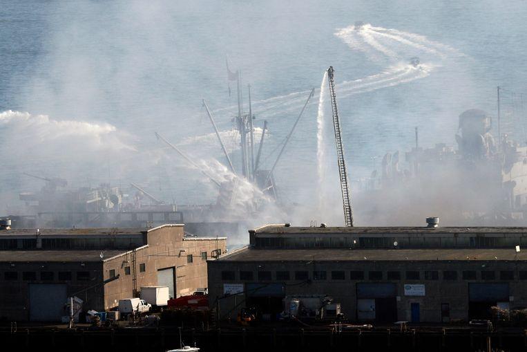 Meer dan honderd brandweermannen bestrijden het vuur.