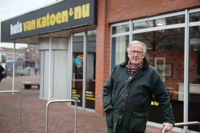 Voorzitter Gerrit van Woudenbergh voor het Huis van Katoen en Nu.