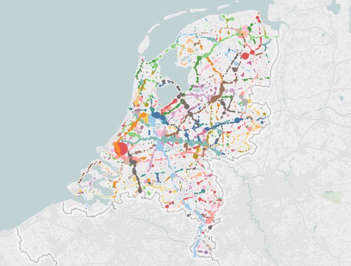 In vrijwel heel Nederland wordt regelmatig geflitst. In deze landkaart staan alle meldingen in Flitsmeister sinds 2016 afgebeeld. Kleuren corresponderen met snelwegen en provinciale wegen. © Flitsmeister