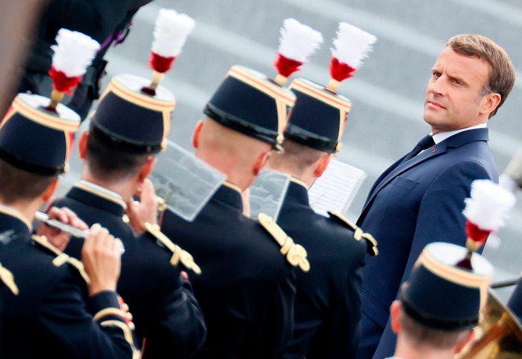 De Franse president Emmanuel Macron tijdens een militaire ceremonie in Parijs op 14 juli 2020. Vanwege corona dit jaar op het Place de la Concorde en niet op de Champs-Elysées. Beeld AFP