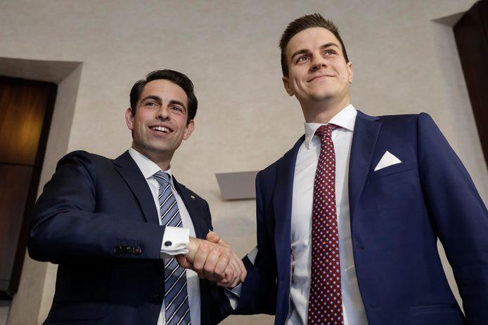 Dries Van Langenhove (r.) met Vlaams Belang-voorzitter Tom Van Grieken vanmiddag op de persconferentie.