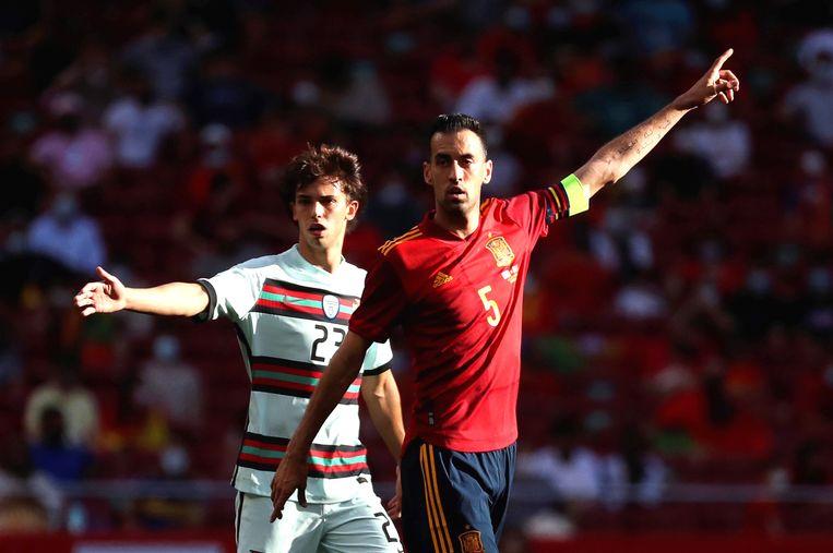 De Spaanse aanvoerder Sergio Busquets, hier tijdens de oefenmatch tegen Portugal, ontbreekt op het EK door een besmetting. Beeld EPA