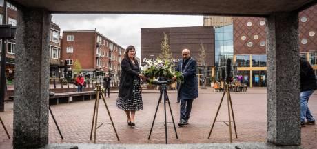 Burgemeester Marcouch legt eerste krans bij Dodenherdenking zonder publiek: 'Aan vrijheid moeten we met zijn allen werken'