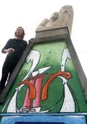 Bob  Martens beschildert een nis boven de  Kadetunnel voor 750 jaar Roosendaal.