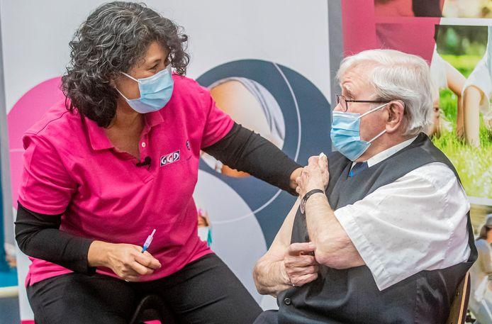 Een oudere krijgt een vaccinatie.