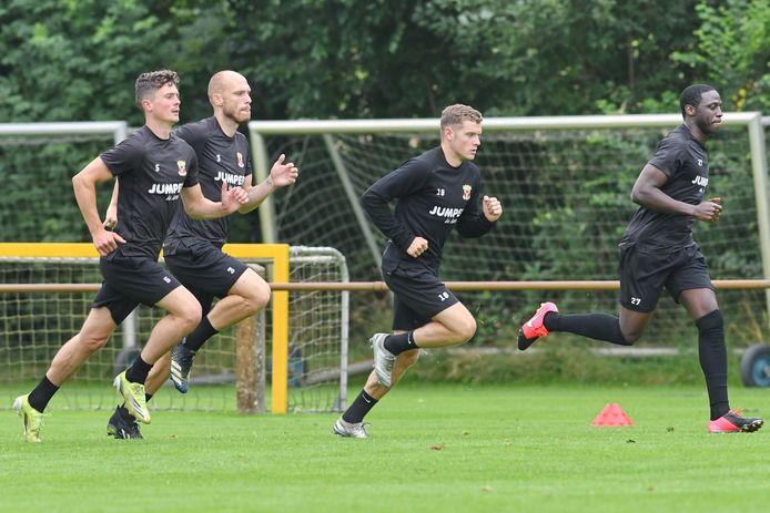Bas Kuipers, Gerrit Nauber, Philippe Rommens en Jacob Mulenga trekken een sprintje op het veld in Terwolde. Daar begon GA Eagles vrijdag aan het tweede deel van de voorbereiding op het nieuwe seizoen.