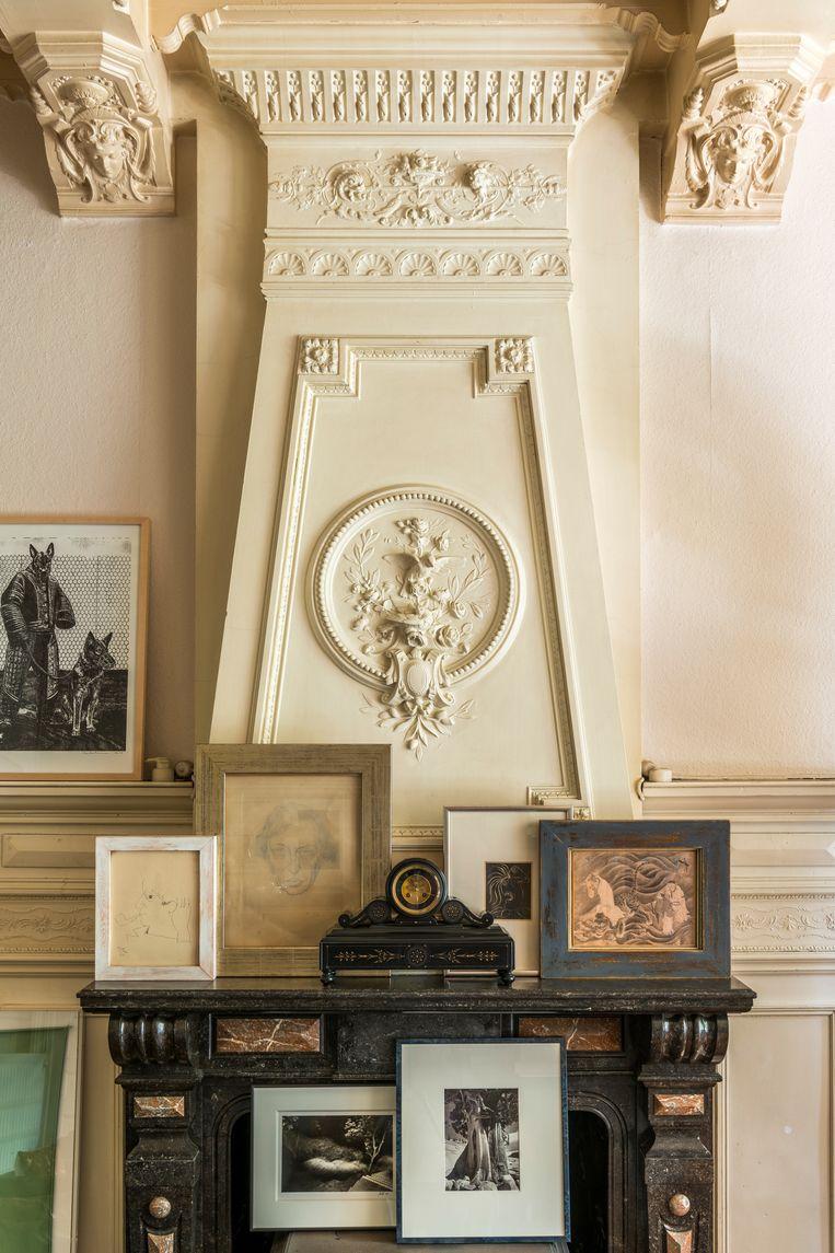 Op de schouw van links naar rechts: tekeningen van Jean Cocteau en Gustave Van de Woestyne. Sierklok, Herman Teirlinck. Linogravure, Pablo Picasso. Japanse tekening, onbekend. Op de kachel (vlak onder  de schouw) staan foto's van Jan Carlier en Ansel Adams. Beeld Luc Roymans