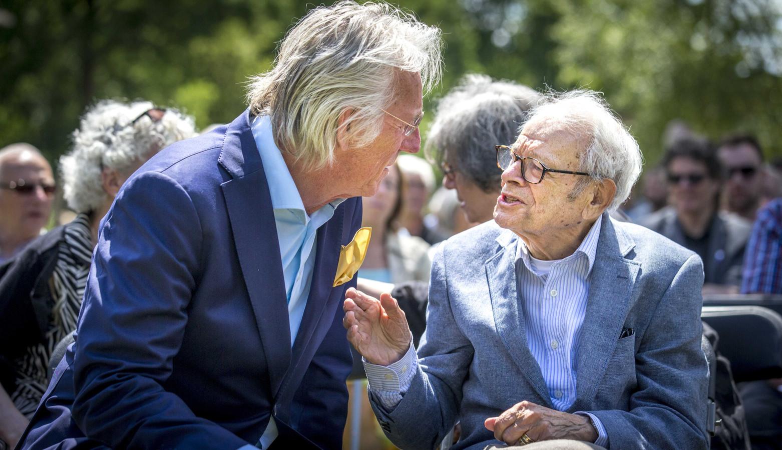 Archiefbeeld: Freek de Jonge (L) praat met Jules Schelvis, overlevende van onder meer vernietigingskamp Sobibor.