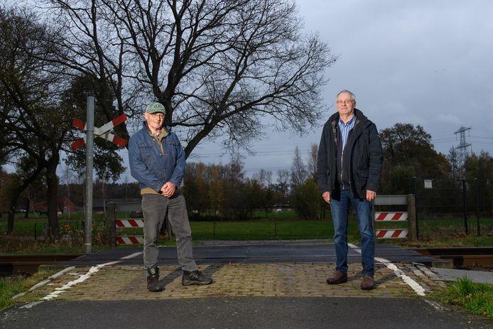 Herman Post en Henk Hoek zijn zo'n beetje de enige gebruikers van een onbewaakte spoorwegovergang aan de Wachtpostdijk in Goor. Maar de overgang is voor hen wel van belang.