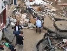 Une journaliste se couvre de boue pour faire croire qu'elle aide les sinistrés des inondations