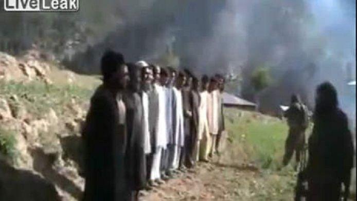 In juli 2011 verspreidden Pakistaanse talibanstrijders een video waarop te zien was hoe 17 ontvoerde agenten werden geëxecuteerd. (archieffoto)