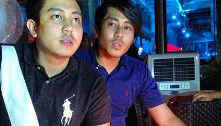 Een foto van Fariq Abdul Hamid (l) en zijn broer die een zieke geest woensdag op Facebook plaatste met de tekst: gefeliciteerd broer! Beeld Facebook