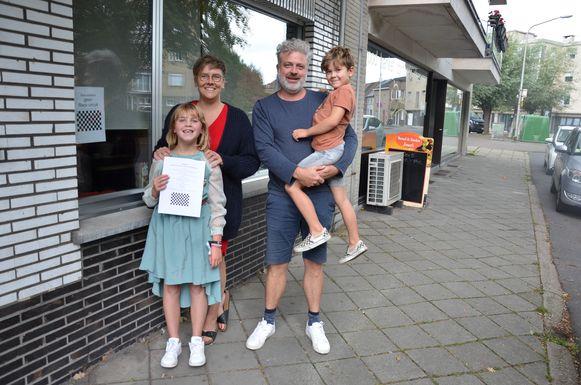 Marie, Klaartje, Dries en Stan willen de Lokeraars bedanken die een affiche tegen het straatracen aan hun raam hebben gehangen.
