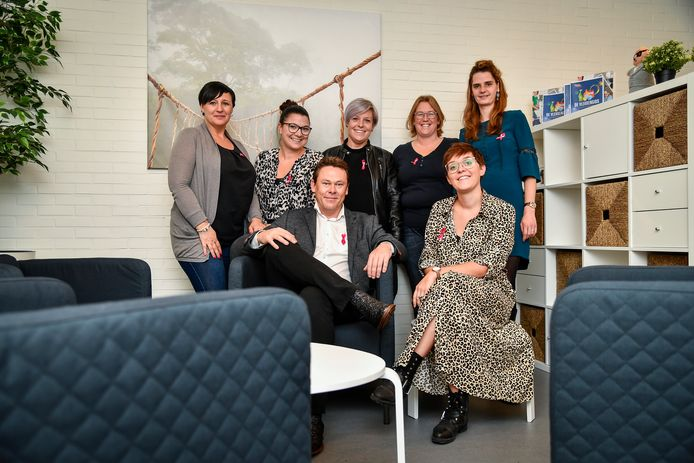 De zes administratieve dames van Het Poetsbureau krijgen voor hun actie steun van CEO Jo Mellemans.