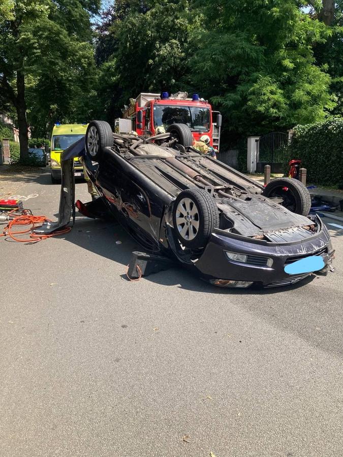 De auto waarin de vrouw gekneld zat.