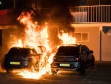 Twee auto's vliegen in brand bij flat in Tilburg