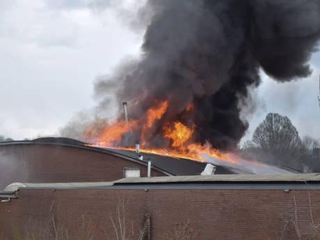 Uitslaande brand bij meubelmakerij in Gaanderen: 'Er viel een brokstuk hier op de weg, midden in de woonwijk'
