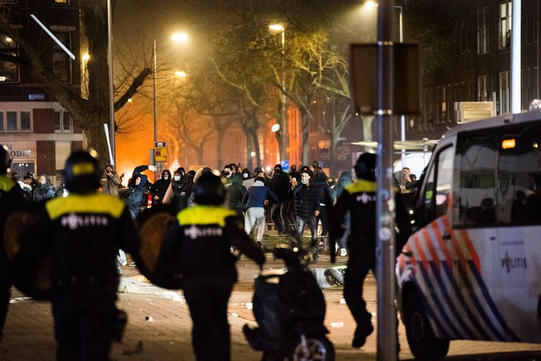 In Rotterdam kwam het tot harde confrontaties tussen de ME en relschoppers. Ook zijn meerdere winkels geplundeerd. Beeld Arie Kievit / de Volkskrant