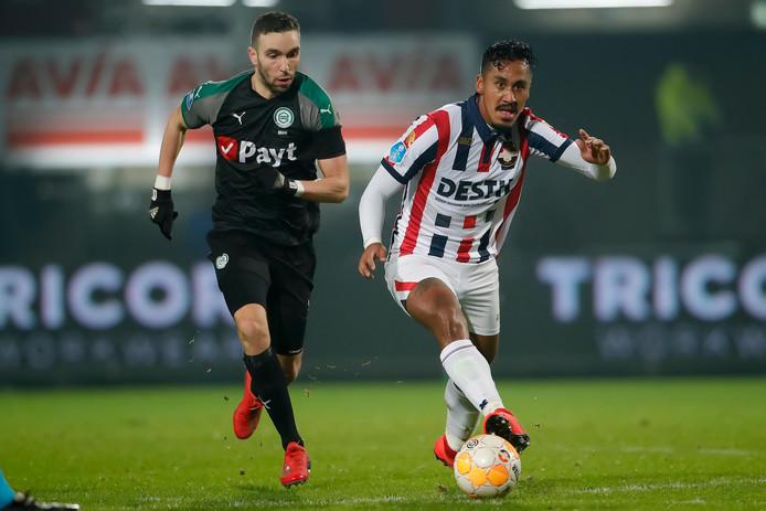 Renato Tapia snelt voorbij Mimoun Mahi van FC Groningen.