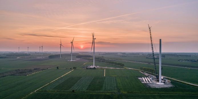 Het windpark Deil dat is gebouwd bij het knooppunt Deil langs de snelweg A2-A15. Er zijn elf windturbines gebouwd die je zelfs in Oss, hemelsbreed 25 kilometer verder, kunt zien.