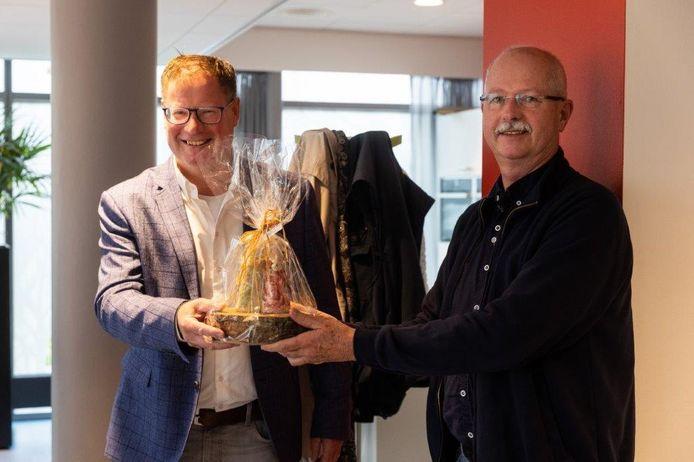 Leon Klaczynski (r) krijgt de Beste Buur Bokaal uit handen van Jan-Herman Scholten.