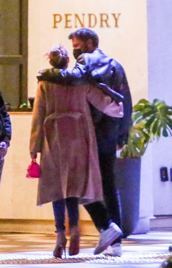 Les deux stars ont été repérées dans les bras l'un de l'autre avant de se rendre à un dîner en amoureux à Hollywood.