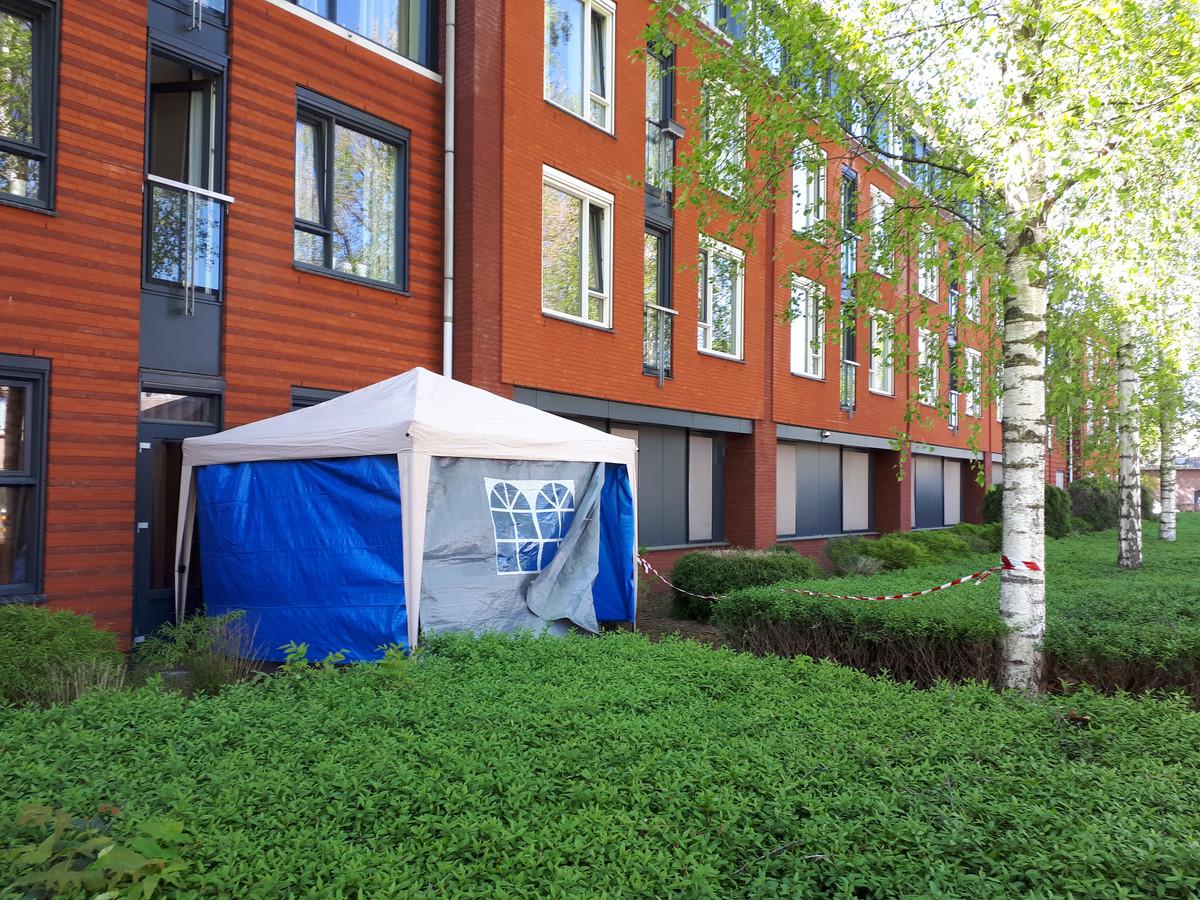 De partytent voor bezoekers tegen de gevel van zorgcentrum Heelwijk in Heesch, tijdens de eerste golf , maart vorig jaar