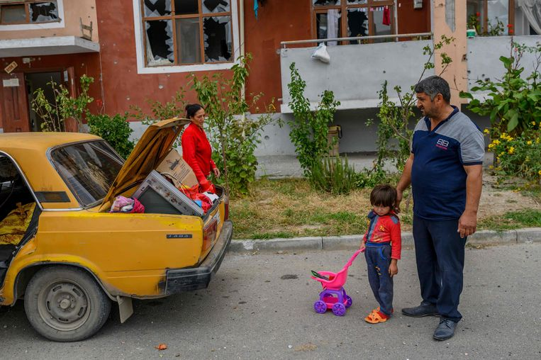 Die familie, de verzadigde kleuren, het decor: hélemaal Bertien van Manen. Tot je de gebroken ramen in de flat ziet Beeld Bülent Kılıç/ AFP