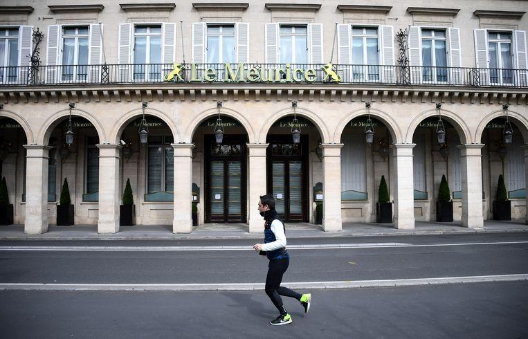 Het Parijse vijfsterrenhotel Le Meurice. Via roomservice kun je hier probleemloos op een kamer eten, als je de kamerhuur betaalt.  Beeld Hollandse Hoogte / AFP