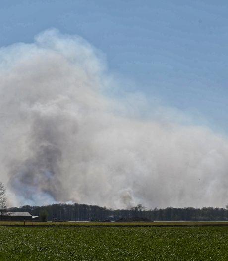 Grote brand in Belgisch natuurgebied net over de grens bij Zundert, Chinooks van Gilze-Rijen ingezet