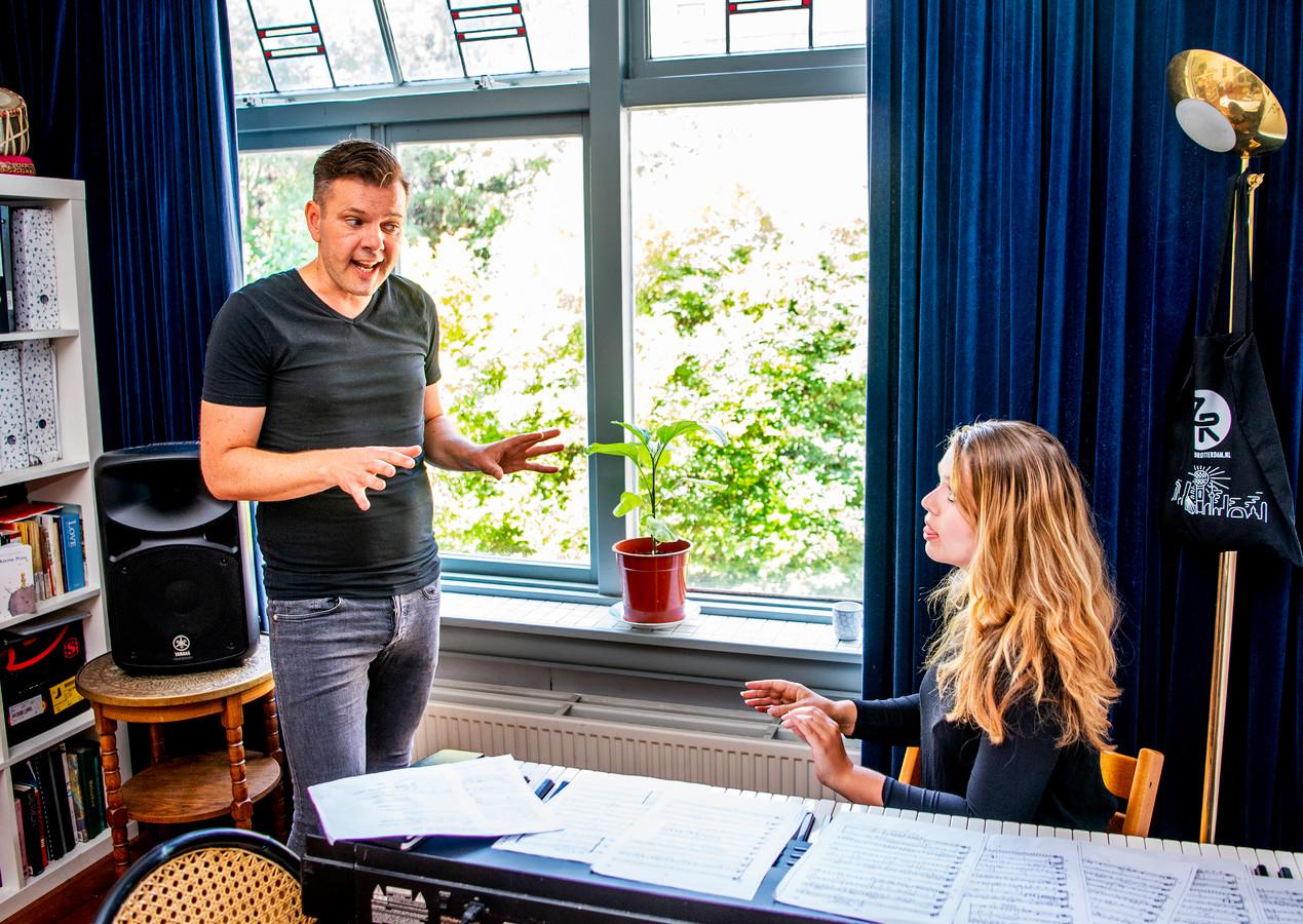 Dave van der Wal gaat naar Duitsland - hier nog druk met zijn zangles. Foto: Frank de Roo