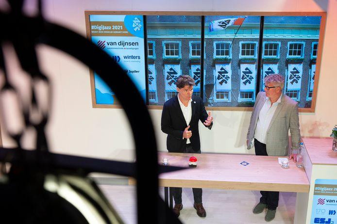 Burgemeester Paul Depla (rechts) opent met een dreun op de rode knop samen met voorzitter Bart Wouters het Breda Jazz Festival in een verder stille Avenue