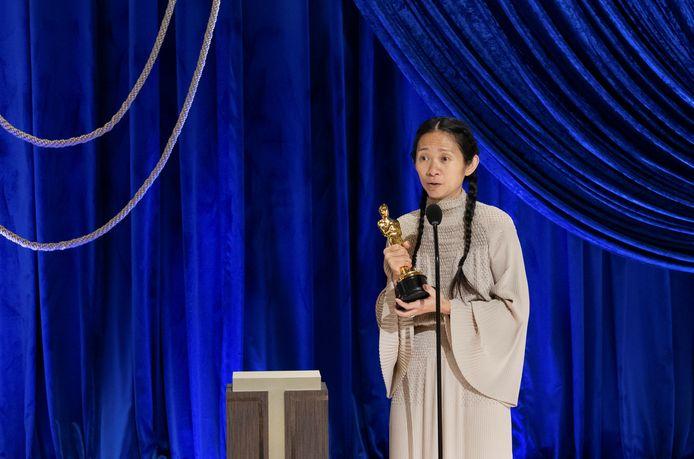 Chloe Zhao accepte l'Oscar de la meilleure réalisatrice.