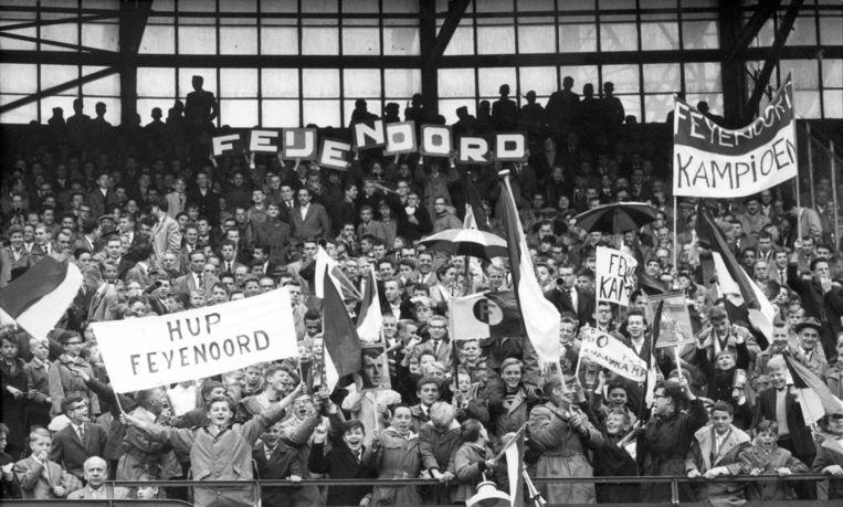 Feyenoord supporters juichen nadat hun team Ajax met 3-0 versloeg in de Kuip op 22 mei 1960. Beeld anp