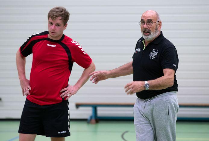 Artemis'15-trainer Paul Schuurkes instrueert speler Sebastiaan Klaassen.