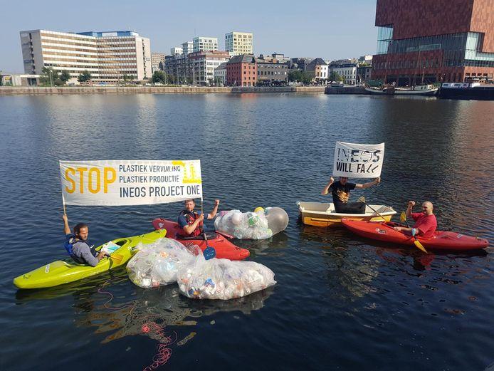 Tijdens een actie van de actiegroep Ineos Will Fall, zaterdagmiddag, gooiden actievoerders een stapel plastic in het Bonapartedok.