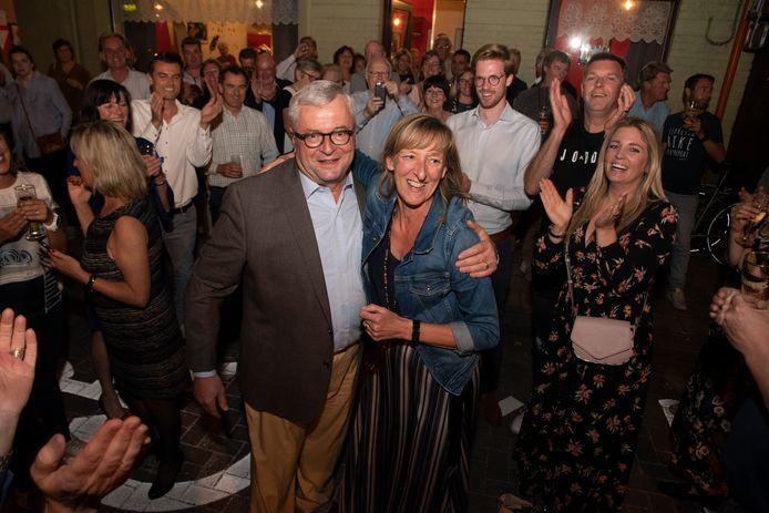 Afscheidnemend burgemeester Marc De Pauw en kersvers burgemeester Elsie Sierens vieren feest in Destelbergen.