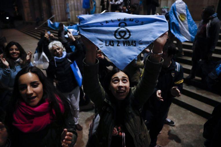 Tegenstanders van abortus demonstreren met blauwe doekjes aan de rechtenfaculteit van de universiteit van Buenos Aires. Beeld EPA