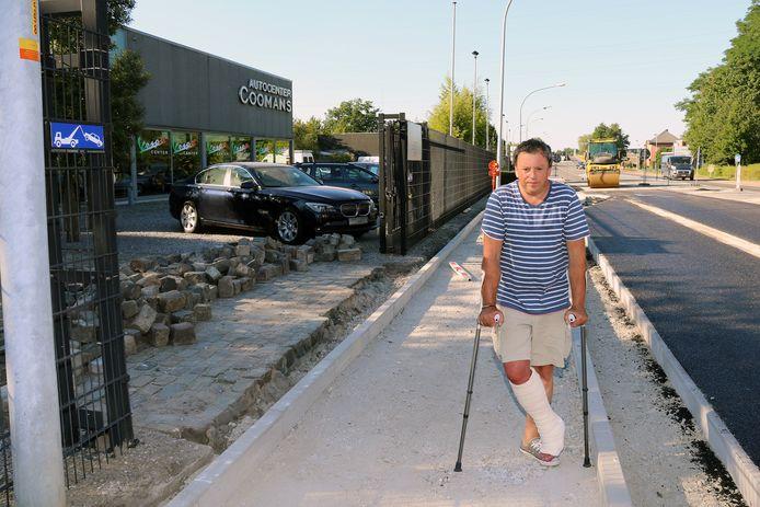 Paul Coomans voor de inrit van zijn autocenter waar een bushalte komt.