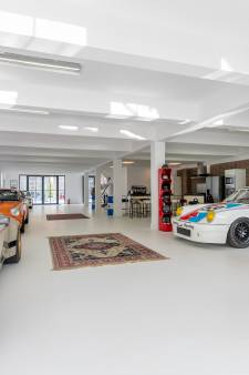 Vijf badkamers, fitnesscentrum en garage voor hele collectie bolides: dit bijzondere huis staat te koop