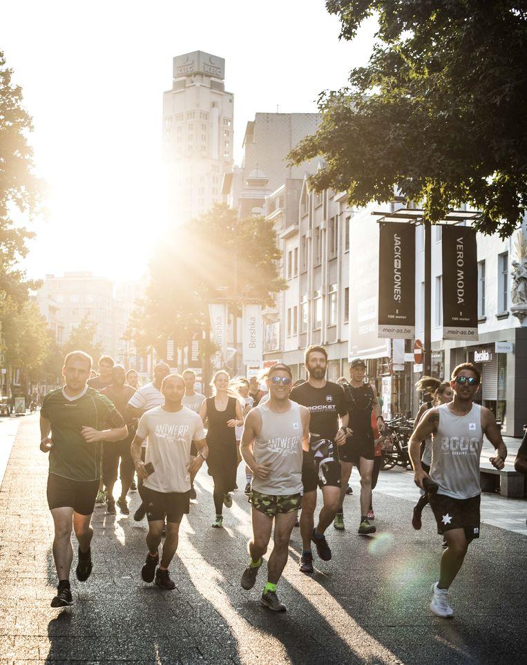 Een 'running crew' in hartje Antwerpen.  Beeld Bas Bogaerts