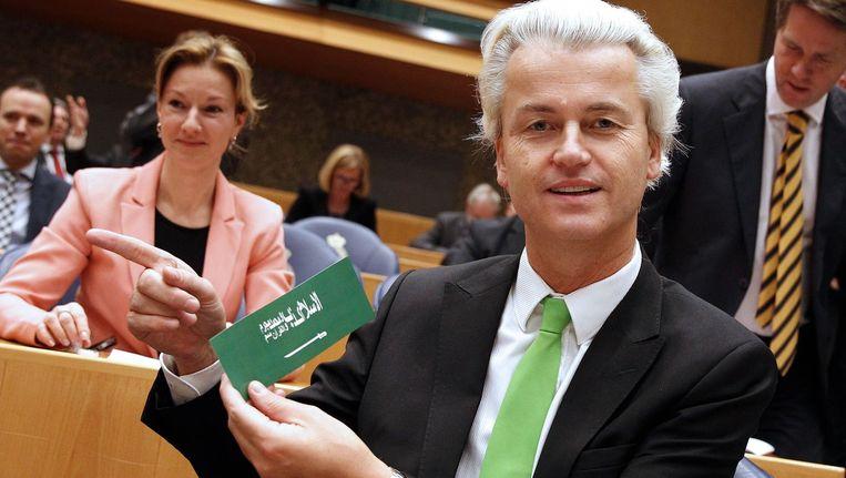 """Geert Wilders met de bewuste sticker waarop het volgende staat: """"De islam is een leugen. Mohammed is een boef. De Koran is gif."""""""