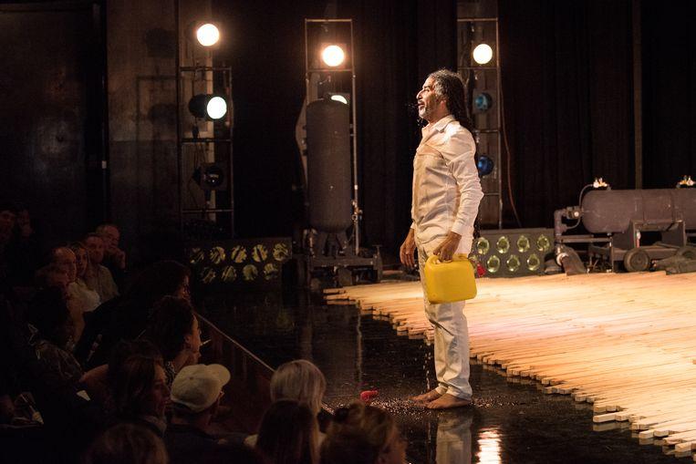 Aan het slot van zijn speech in de Amsterdamse schouwburg, dreigde de Vlaamse theatermaker Chokri Ben Chikha zichzelf in brand te steken. Beeld Anna van Kooij