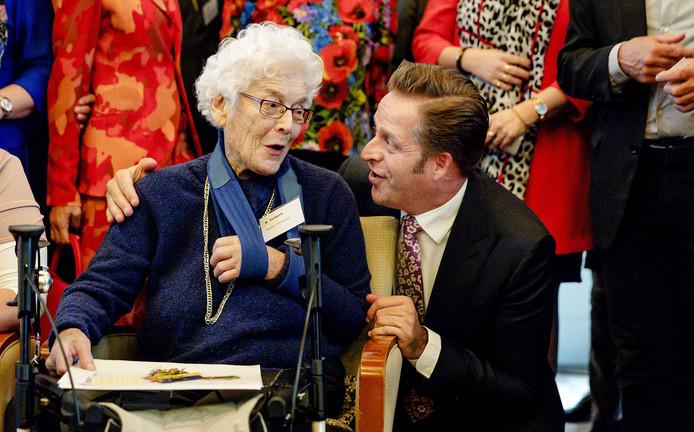 Minister Hugo de Jonge van Volksgezondheid, Welzijn en Sport omarmt  mevrouw Verkerk tijdens de ondertekening van het Pact voor de Ouderenzorg in een verpleeghuis in Scheveningen. Foto Robin van Lonkhuijsen
