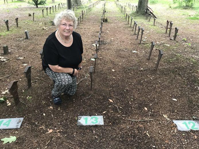 Diny Griede op de oude begraafplaats in Wezep, die ze van genummerde rijen heeft voorzien, opdat bezoekers makkelijker kunnen vinden.