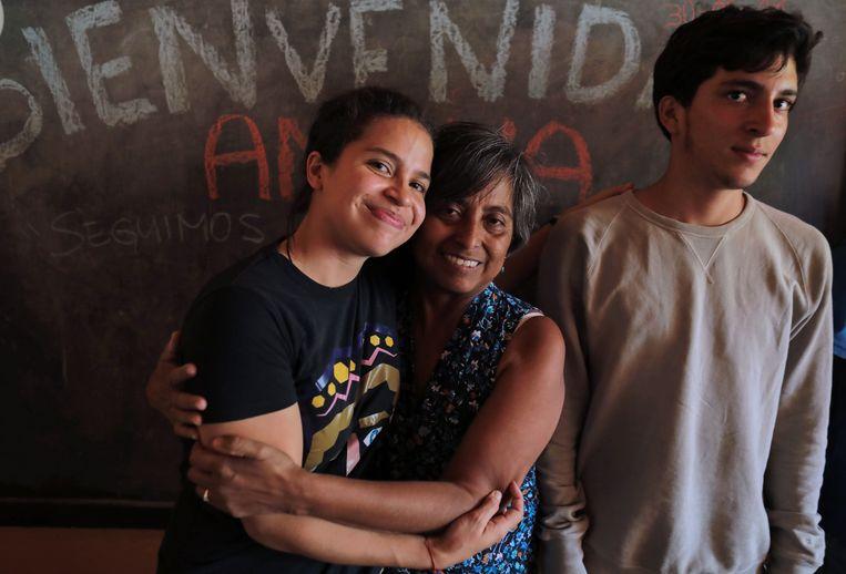 De pas vrijgelaten Amaya Coppens sluit haar moeder  Tamara Zamora in de armen. Haar familie hield in Esteli, een stadje op 150 km van hoofdstad Managua, een feestje om de vrijlating te vieren.