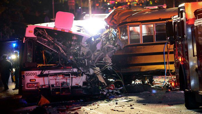 De schoolbus reed in op een stadsbus.