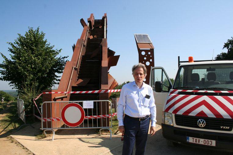 Burgemeester Rudi Beeken voor de vernielde toren.